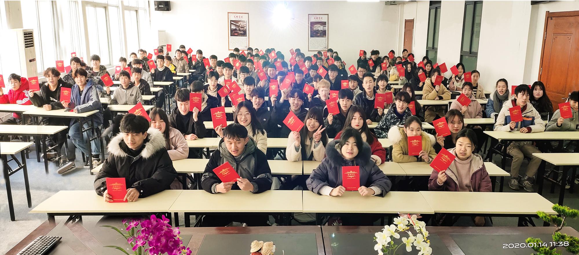 2019年度120名优秀学生合影.jpg